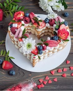Fruit tart dessert valentines day 36 ideas for 2019 Heart Shaped Cakes, Heart Cakes, Shaped Cookie, Cute Desserts, Delicious Desserts, Tortas Deli, Food Cakes, Cupcake Cakes, Dessert Original