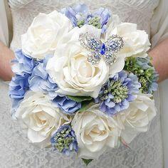Ramo de novia con rosas Ivory y Hortensias azules adornado con mariposa de strass, SANDRA & VERONICA WEDDING PLANNERS