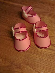 Innbydelse dåp Baby Shoes, Crafts, Craft Ideas, Shower, Clothes, Fashion, Rain Shower Heads, Moda, Manualidades