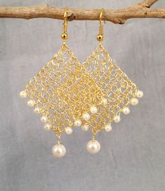 Gold pearl earrings.Handmade wire crochet pearl di ByDrora su Etsy