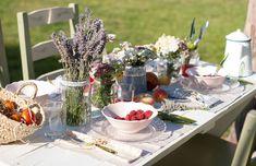 decorar una mesa de verano inspirada en la provenza. Mesa provenzal, flores, fruta, luz, verano : via MIBLOG