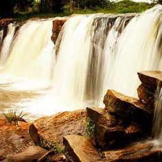 A Cachoeira de Morrinhos, em Guaraciaba do Norte, no Ceará, Brasil, é tão legal que tem até uma arquibancada feita de pedras pra você curtir a queda d'água. (Foto:@rodandopeloceara)