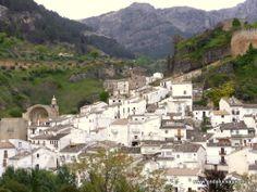 """#Jaén - #Cazorla - Paisajes - 37º 54' 35"""" -3º 0' 7"""" / 37.909722, -3.001944  Es el municipio más grande y cabecera de la Comarca Sierra de Cazorla. Se encuentra en las faldas de la Sierra de Cazorla, en el valle del río Cerezuelo, afluente del Guadalquivir. Alrededor del 2.000aC., en las terrazas más antiguas del río Cerezuelo de Cazorla, se establecen los primeros poblados estables."""