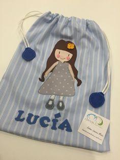 Bolsa personalizada hecha a mano para Lucía con una muñeca