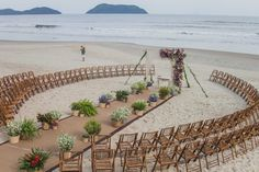 Casamento na praia: altar circular - Foto L'Amourgraphy Beach wedding ceremony set-up Perfect Wedding, Dream Wedding, Wedding Day, Wedding On The Beach, Small Beach Weddings, Beach Wedding Ideas On A Budget, Night Beach Weddings, Boho Wedding, Wedding Altars