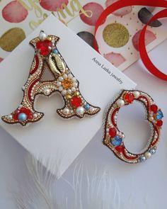 Броши буквы А и О. . В работе кристаллы и жемчуг Swarovski, чешское стекло, японский бисер, канитель. Изнанка из натуральной золотой кожи.… Brooches Handmade, Earrings Handmade, Handmade Jewelry, Bead Embroidery Jewelry, Beaded Embroidery, Bead Jewellery, Beaded Jewelry, Vintage Jewelry Crafts, Pearl Design