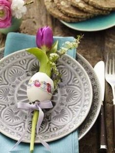 We think is time to start thinking about the Easter decorations. Easter is a big holiday so the preparations for it are big also. Easter and spring are Easter Table Settings, Easter Table Decorations, Easter Decor, Holiday Decorations, Christmas Decor, Hoppy Easter, Easter Eggs, Easter Bunny, Easter Crafts