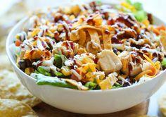 Salada de frango com molho barbecue.