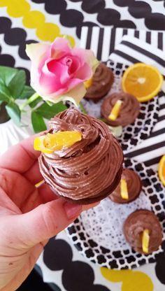 Nämä syntisen hyvät jauhottomat suklaa muffinssit ovat saaneet päällensä herkullisen raakasuklaa avokado kreemin, joka maistuu jaffa-kekseille.