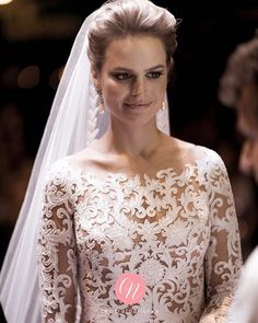 E quando a gente vê uma noiva linda dessa, fica impossível de não suspirar! ❤️❤️ Noiva Fernanda com vestido @zuhairmuradofficial. Foto: Fernanda Scott #InspiraçãoCN