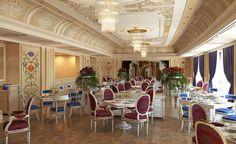 Recém-inaugurado, o Palazzo Versace Dubai está para assumir o título de um dos hotéis mais luxuosos do Oriente Médio. Seu interior, assim como todo o mobiliário, foi desenhado por Donatella Versace. Muito dourado e papéis de parede também feitos pela estilista fazem parte da decoração