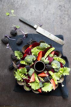Moody salad. http://www.jotainmaukasta.fi/2015/03/19/raakasalaatti-punajuuresta/