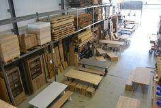 Grote showroom met tafels, banken, kasten, tv meubels, alles op maat mogelijk naar eigen wens.