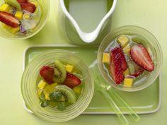 Früchte-Bowle mit Apfelsaft, Minzsirup und Mineralwasser: Weil das Getränk ganz ohne Alkohol auskommt, ist es auch für Kinder und Autofahrer optimal.