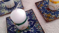 MANISES Bandejas cuadradas decoradas con técnica decoupage imitando azulejos acompañada de vela decorada.