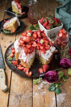 Köstlich cremige Erdbeertroet mit Schokoraspel und Vanille-Creme auf lockerem Mandelboden. Jetzt probieren und glücklich naschen.