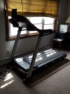 "NordicTrack C700 like NEW treadmill with less than 6 hours use, 77""Lx34""Wx61"""
