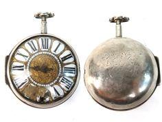 Montre en argent oignon Louis XIV à cartouches à une aiguille, remontage central, signé Colliot à Lyon, époque 1700, manque le coq, chaine détachée présente dans le boitier, deux cartouches abimés, aiguille d'origine en acier. Poids brut 142,3g
