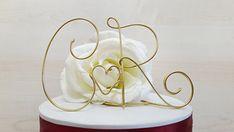 Iniziali per torta nuziale, Cake topper con iniziali, fatto a mano.  Bellissimo dettaglio per completare la vostra torta di nozze!!  Completamente fatto a mano da un unico filo in alluminio ( 2mm di diametro), questo delizioso cake topper sarà il tocco in più per la decorazione delle vostre torte, in occasione di ricorrenze importanti come matrimoni o anniversari. Inoltre, una volta finita la cerimonia, potrà essere posto come soprammobile o centrotavola, a ricordo della vostra festa. Fra le…