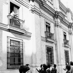 Presidente Slavador Allende saludando a estudiantes desde el balcon de la moneda horas antes del bombardeo al palacio presidencial
