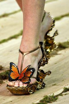 Alexander McQueen Spring 2011 Ready-to-Wear Fashion Show