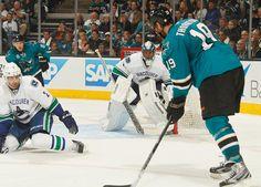 San Jose Sharks captain Joe Thornton controls the puck (Oct. 3, 2013).