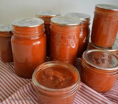 Make your own home canned pizza sauce from fresh tomatoes OR from tomatoes that were frozen during the gardening season, which will reduce cooking time. ***Do Not Add EXTRA Red Pepper Flakes**** Recipe is enough, but added extra herbs and Garlic. Roasted Tomato Sauce, Roasted Tomatoes, Canning Salsa, Canning Pizza Sauce, Salsa Picante, Tomato Chutney, Homemade Pickles, Canning Recipes, Sauces