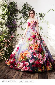 Pretty makeup ideas for this year. Flower Dresses, Pretty Dresses, Beautiful Gowns, Beautiful Outfits, Fantasy Dress, Colored Wedding Dresses, Wedding Attire, Dress Brands, Marie