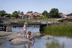 Barnlek på Svartlöga - Stockholms skärgård Swedish Cottage, Red Cottage, Summer Dream, Summer Of Love, Sweden Cities, Stockholm Archipelago, Sweden Travel, Lofoten, Summer Photos