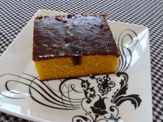 Bolo de canoura com calda de chocolate