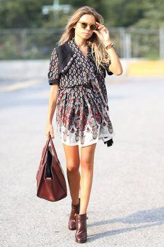 luftiges Boho Kleid mit Mustern und braune Leder Ankle Boots