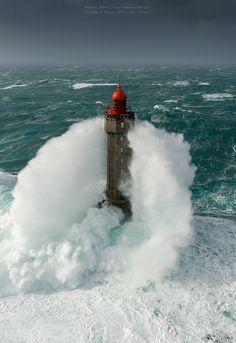 Images de tempêtes sur la pointe Bretagne : vagues, embruns, phares et force de la nature !
