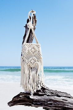 Braiding and Macrame are two important elements in Boho fashion. They create a sense of freedom and wildness, which goes on well with the natural background. Hippie Chic, Macrame Purse, Net Bag, Boho Bags, Beach Accessories, Macrame Patterns, Crochet Purses, Knitted Bags, Boho Gypsy