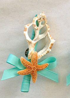 He encontrado este interesante anuncio de Etsy en https://www.etsy.com/es/listing/189063500/beach-wedding-seashell-boutonniere-groom