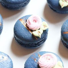{{ macarons for a photo shoot in the city}} Cute Desserts, Delicious Desserts, Yummy Food, Cupcakes, Cupcake Cakes, Cookie Recipes, Dessert Recipes, Macaroon Cookies, French Macaroons
