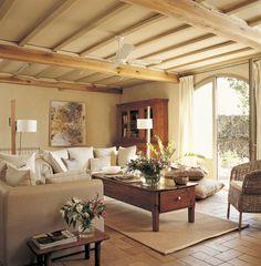 Salón con suelo de barro cocido y ventilador en el techo