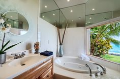 Be mesmerized as you dreamily stare at the Kona blue waters from this luxurious bath at Ali'i Point.