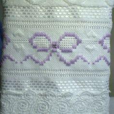 Marca: Karsten, 99% algodão e 1% viscose  Medida: 33 x 50cm  Cor: branca (melina)  Trabalho: Linha branca, pérolas e renda guipir  O bordado pode ser feito na cor que o cliente desejar  Cores de toalhas, branca e creme