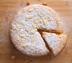 """Tento koláč je švýcarskou specialitou zvanou """"rüblitorte"""", pojí se v něm výrazná citronová chuť spolu s lahodnými mandlemi. Možná vypadá jako celkem obyčejná buchta, ale překvapí Vás zajímavou a výbornou chutí. :) Na koláčovou formu o průměru cca 28cm budete potřebovat: 5 vajec 200g cukru 250g mrkve 250g mletých mandlí 80g mouky 1 lžíci kypřicího…"""