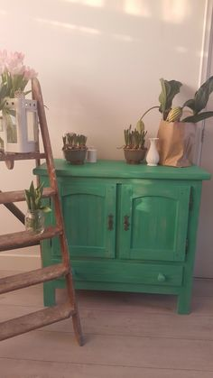 Nog eens het groene vintage kastje maar dan in een andere setting met meer groen