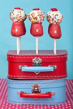 Bubblegum #cakepops #cakepop maybe do this one quick with donut holes and marshmallows?