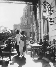Guests on the terrace of Shepheard's Hotel, Cairo, circa (Photo by Hulton Archive/Getty Images)فندق شبرد القاهرة 1940 Old Egypt, Cairo Egypt, Ancient Egypt, Egypt Art, Shepheard's Hotel, Old Photos, Vintage Photos, Vintage Posters, Dibujo
