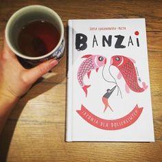 """Przeczytałam już ponad połowę """"Banzai. Japonią dla do urokliwych."""" I mam pozytywne wrażenia. Książka składa się z krótkich rozdziałów, dzięki czemu przyjemnie się ją czyta. Znalazłam w niej masę ciekawostek podanych w bardzo prosty sposób. Idealna pozycja na początek szukania informacji o Japonii 👌🇯🇵. _________________________________________________ #japonia #banzai #książka Cover, Books, Instagram, Art, Art Background, Libros, Book, Kunst, Performing Arts"""
