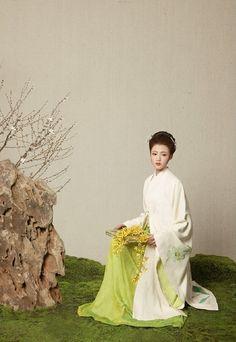 但愿人长久,千里共婵娟。(always faithful, sharing the same moon across the distance). makeup/hair: 造型师文俊 model: jasmin photographer: 王馨仪