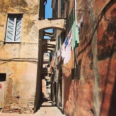 Stile italiano #albenga #igersitalia #instaphoto #instagood #photooftheday #italy #igersliguria #citylife #citycenter #pannistesi #panni