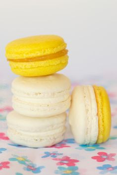Pineapple, Coconut and Pina Colada Macarons French Macarons Recipe, French Macaroons, Coconut Macarons Recipe, Macaroons Flavors, Cookie Recipes, Dessert Recipes, Desserts, Dessert Ideas, Macaron Filling