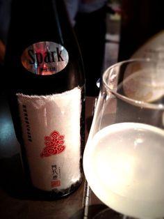 素敵な和紙ラベル「茜孔雀 スパークリング」。貴醸酒のスパークリングとのことです。新政酒造。スパークリングじゃない二年熟成の貴醸酒もあり。http://www.sakin21.com/SHOP/0107_100_1800.html