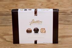 300g Chocolate Collection von Butlers Chocolate. Milch-, weiße und dunkle Schokolade, zusammengestellt aus Schokolade, Trüffel und Pralines. Ohne Alkohol. Die Firma Butlers wurde 1932 in Dublin gegründet und ist ein Schokoladenhersteller, der für die Qualität seiner Produkte bekannt ist und dafür mit zahlreichen Auszeichnungen belohnt wurde.