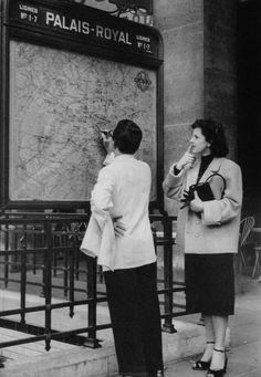christine photo in la 1950s   Paris 1950s Palais-Royal Photo: Janine Niepce