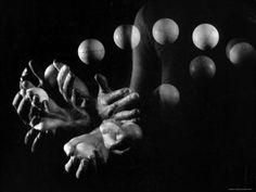 Stroboscopic Image of Hands of Juggler Stan Cavenaugh Juggling Balls Lámina fotográfica de primera calidad por Gjon Mili en AllPosters.es